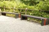黒と赤の木製のベンチ2