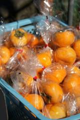 袋詰めされた柿