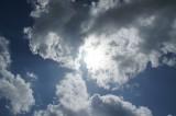 空・太陽光・雲・暗め