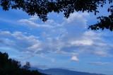 丘から見た青空と雲(青強調)