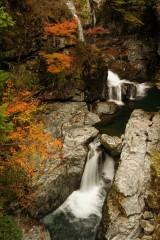 紅葉と滝(みたらい渓谷)1