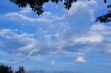 雲の多い青空(青強調)